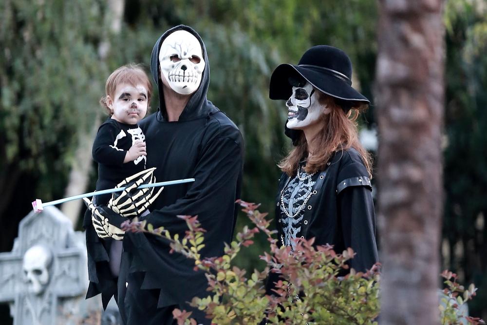 Райан и Ева прогуливаются в образах скелетов на Хэллоуин