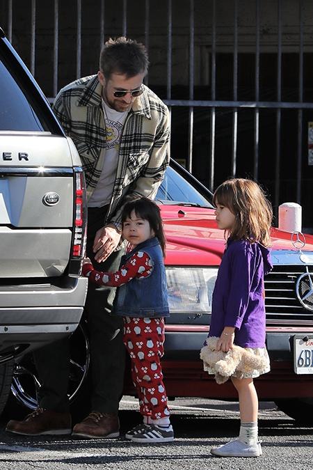 Гослинг с дочерьми